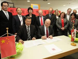 Der Schüleraustausch zwischen Gießen und Wenzhou ist besiegelt. Im Namen der deutschen und der chinesischen Delegation unterzeichnen Schulamtsdirektor Kipp (r.) und Zhang Zhihong das Abkommen.(Foto: Schepp)