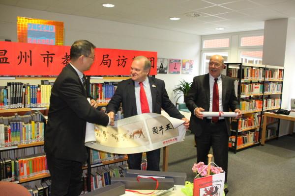 Herr Zhang Zhihong überreicht ein Gastgeschenk an den Stadtverordnetenvorsteher Gießens, Herrn Egon Fritz