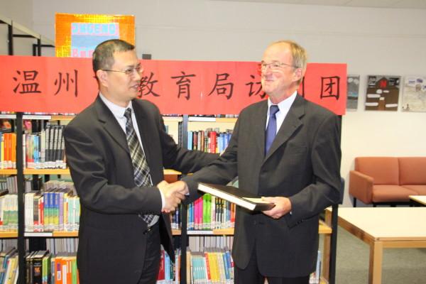Herr Zhang Zhihong und der Vorsitzende des Vereins zur Förderung der Städtepartnerschaft Gießen-Wenzhou, Joachim Scheerer