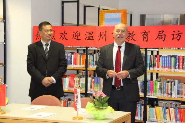Herr Zhang Zhihong, Stellvertretender Leiter des Wenzhou Education Bureau, und Heinz Kipp, Leiter des Staatlichen Schulamtes in Gießen erläutern die Details der Rahmenvereinbarung zum Schüleraustausch