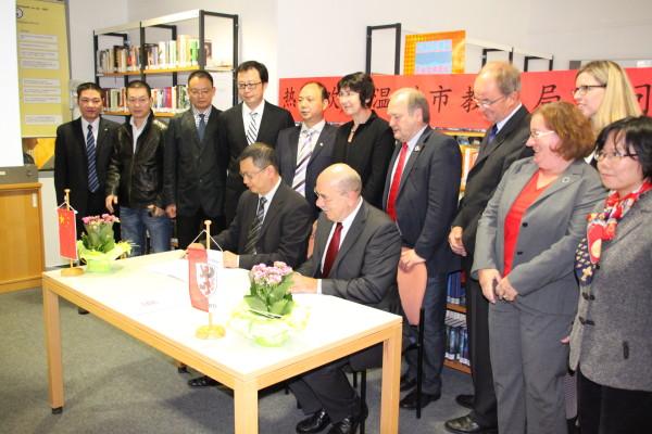 Herr Zhang Zhihong und Herr Kipp unterzeichnen die Rahmenvereinbarung zum Schüleraustausch
