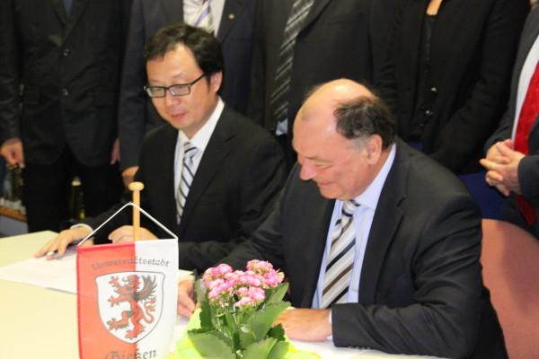 Unterschrift unter die Partnerschaftsvereinbarung zwischen der Brüder Grimm Schule und der Wenzhou Experimental Middle School