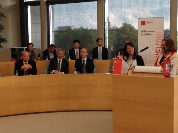 Der Chinesische Generalkonsul Jianquan Liang, der Hessische Kultusstaatssekretär Dr. Manuel Lösel und der Stadtverordnetenvorsteher Gießens, Egon Fritz, werden vom Vorstand des Partnerschaftsvereins begrüßt.