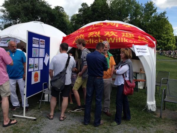 Vereinsmitglieder informieren über die Aktivitäten des Vereins.
