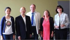 Astrid Eibelshäuser, Ingrid Hubing und Joachim Scheerer begrüßen den chinesischen Gastlehrer Xia Xiang Rong und eine Schülerin. Foto: Eisenacher
