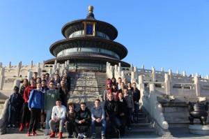 Die Gießener Schülergruppe am Himmelstempel in Beijing