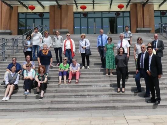 Die Reisegruppe beim Besuch der Foreign Language School in Wenzhou