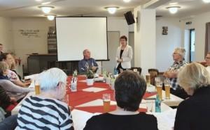 Stadträtin Eibelshäuser bei der Begrüßung der Teilnehmer der Bürgerreise