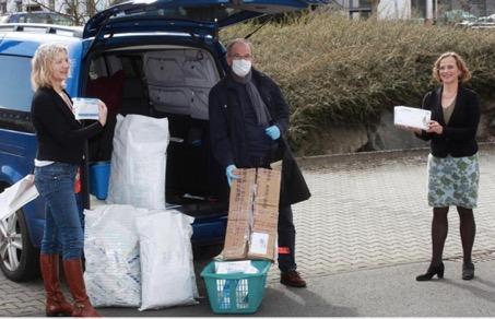 Joachim Scheerer übergibt die Spende aus Wenzhou an Dietlind Grabe-Bolz (r.) und Anita Schneider. FOTO: SCHEPP © Oliver Schepp