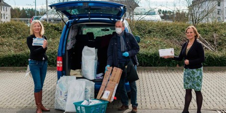 Freuen sich sehr über weit gereiste Spenden (v.l.): Anita Schneider, Joachim Scheerer und Dietlind Grabe-Bolz. Foto: Friese